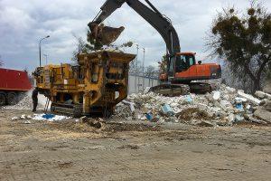 Burzenie budynków magazynowych i hali w Pruszkowie